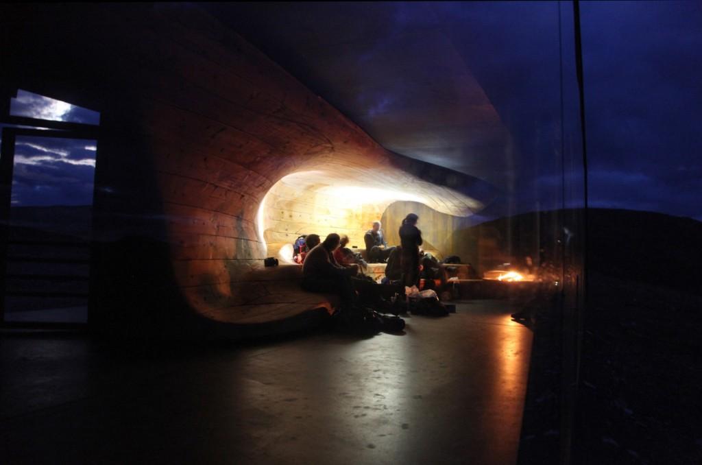 Tverrfjellhytta-by-night---Snohetta