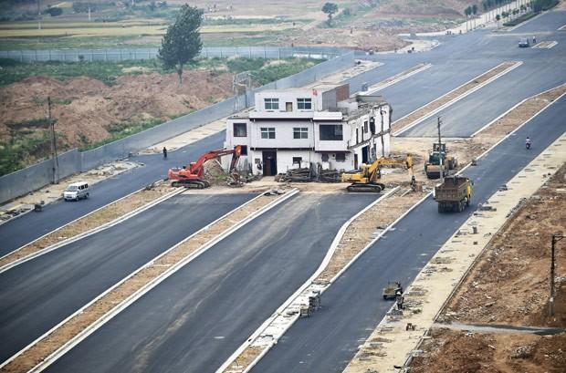 Uma estrada que se transforma em casa