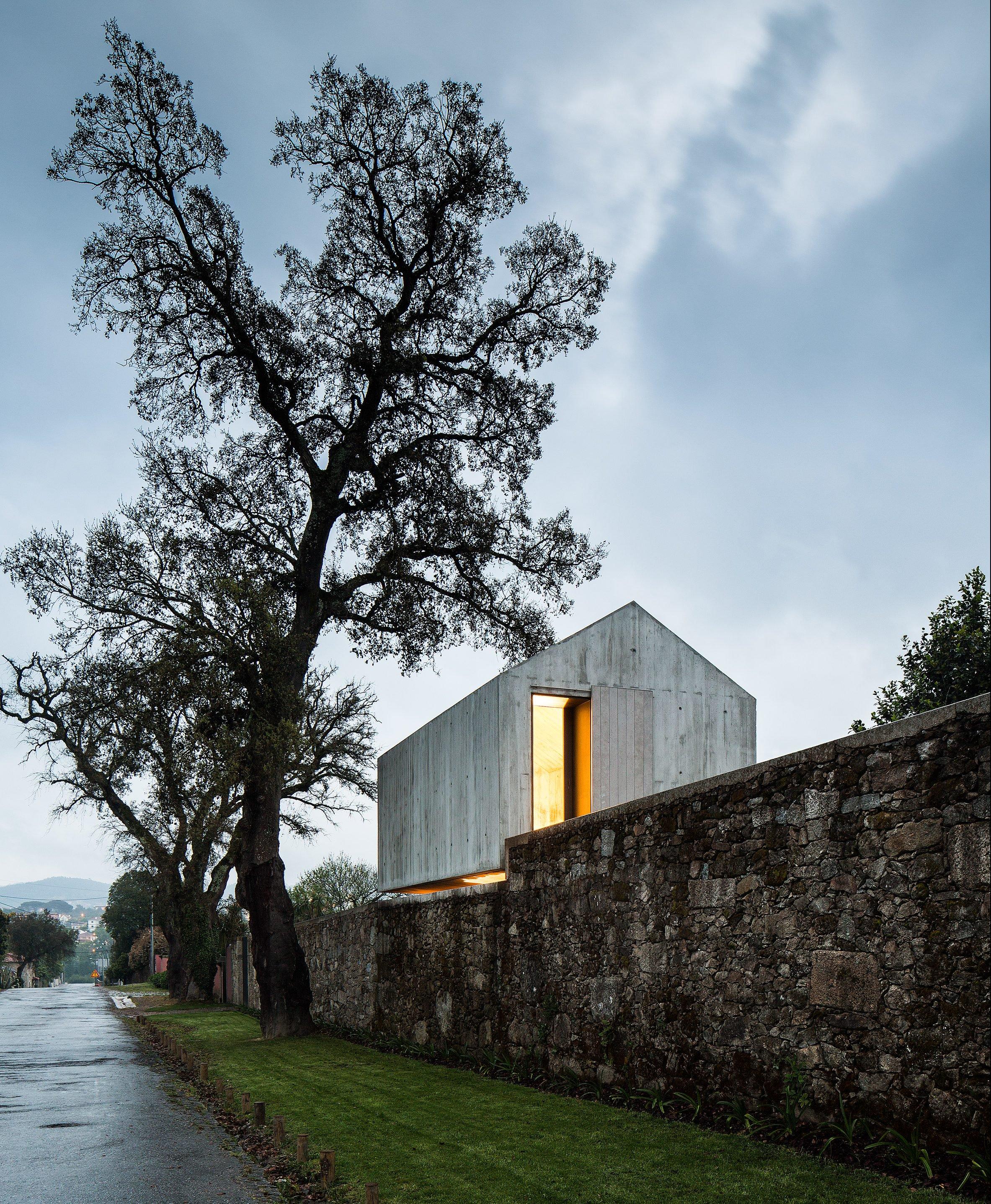 Casa de concreto armado suspensa. #arquitetura #concretoarmado